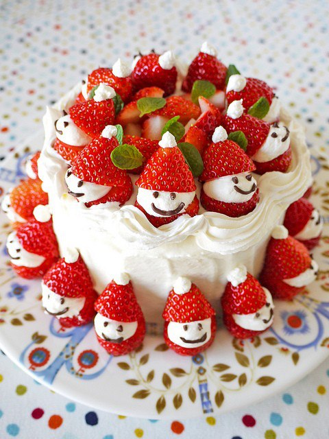 Christmas creative sweets and deserts ideas - Cake with strawberries Santas
