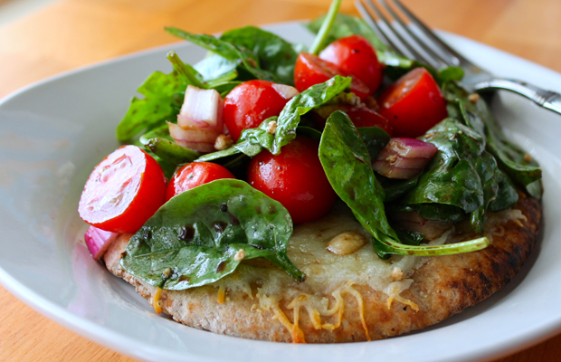 Salad Pizza (baby spinach, red onion, grape tomatoes, crumbly blue cheese)-h