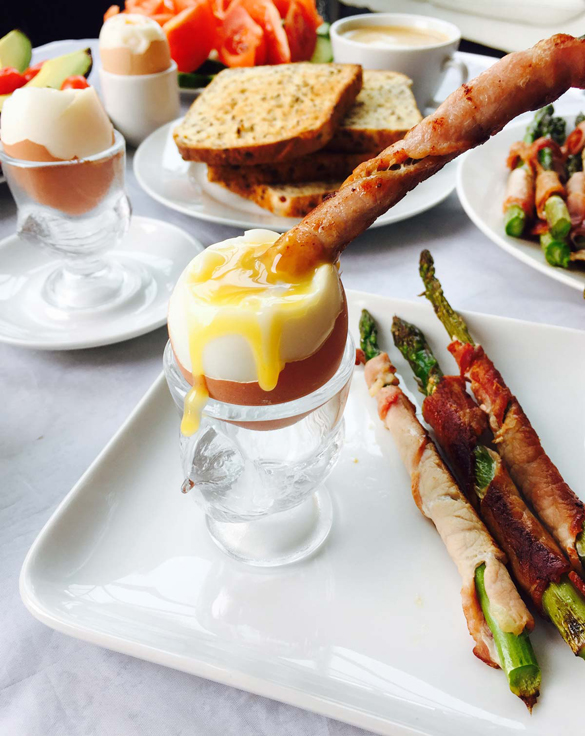 https://www.ramonascuisine.com/egg-and-bacon-wrapped-asparagus-breakfast/