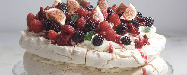 Pavlova meringue with fresh berries and stracciatella ​cream